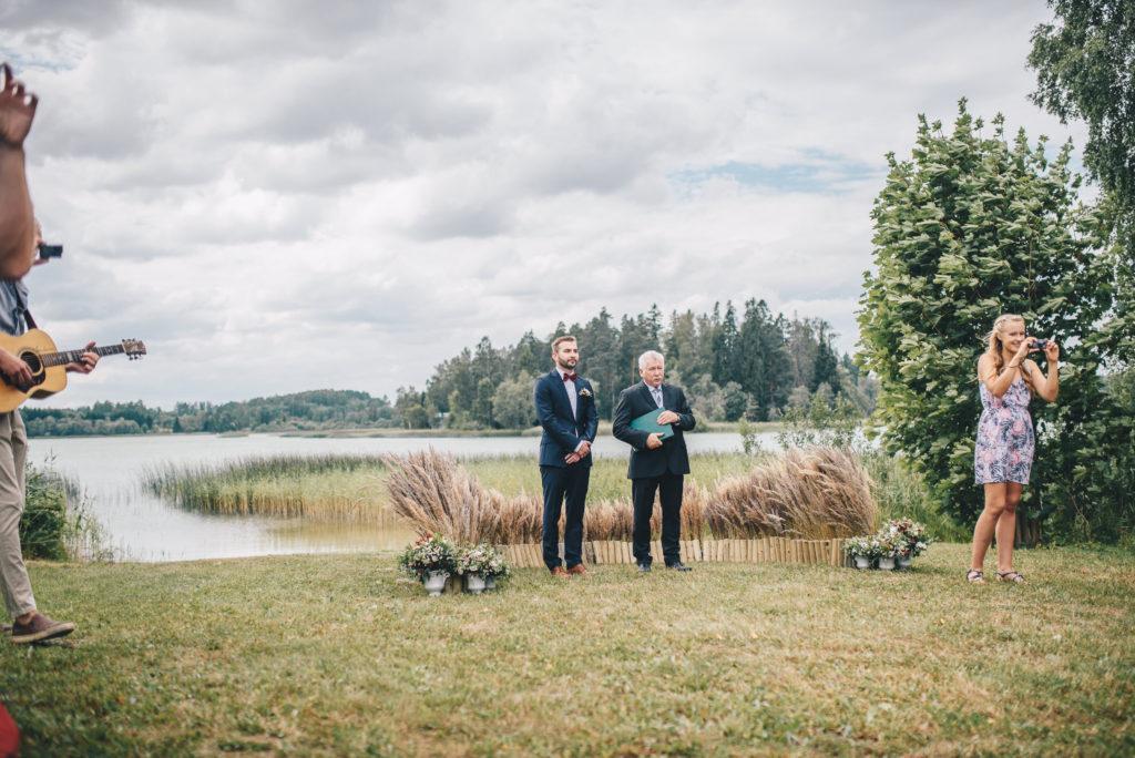 pulmad järve ääres